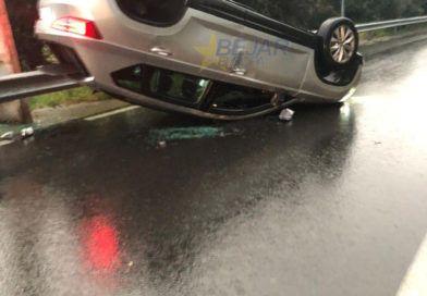 Vuelca con su coche y lo deja abandonado en mitad de la carretera