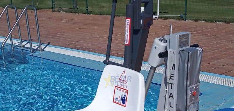 Las piscinas municipales ya cuentan con silla adaptada para personas con movilidad reducida