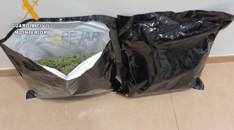 La Guardia Civil detiene a tres varones por posesión de cogollos de marihuana