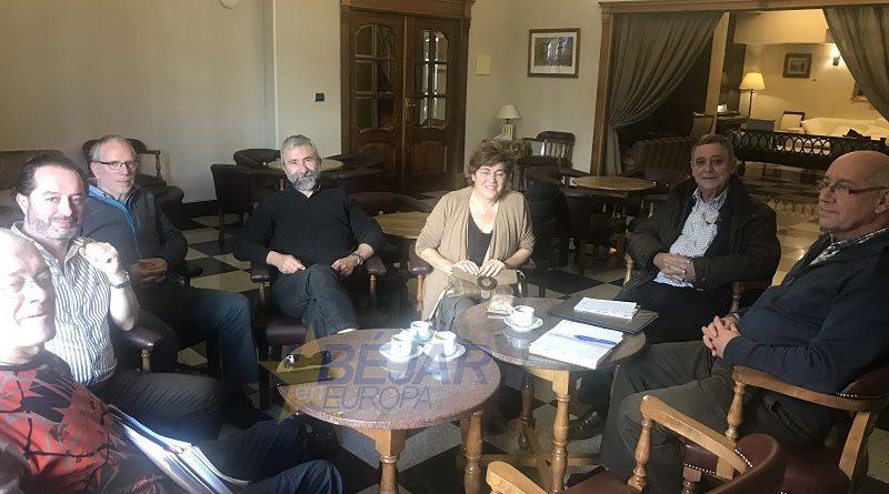 La alcaldesa Elena Martín asiste a la reunión de la Plataforma en Defensa del Bosque de Béjar