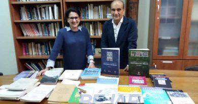 El CEB dona publicaciones a la biblioteca de la Universidad Popular de Plasencia