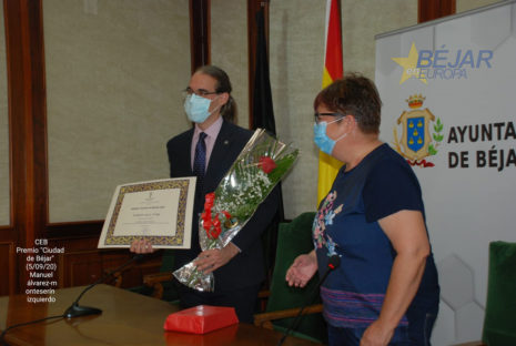 Marcos Sala recibiendo el premio de manos de la presidenta del Centro